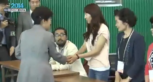 ▲노동당 김한울 대변인(왼쪽 앉은 사람)이 박근혜 대통령 악수를 거부해 화제가 되고 있다.(사진:채널A 보도화면 캡처)