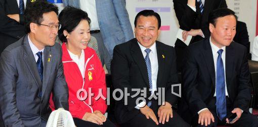 [포토]미소 짓는 이완구 비대위원장, '이기려나?'