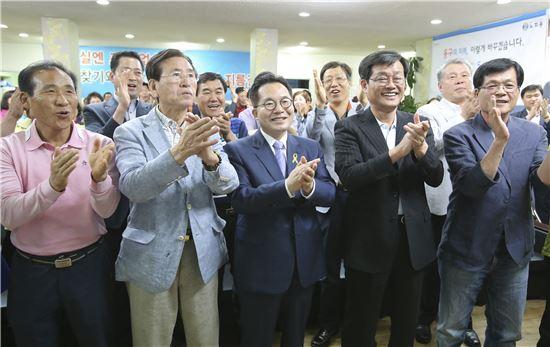 제6회 전국동시지방선거에서 광주광역시 동구청장에 새정치민주연합 노희용(왼쪽에서 세번째) 후보가 당선됐다.