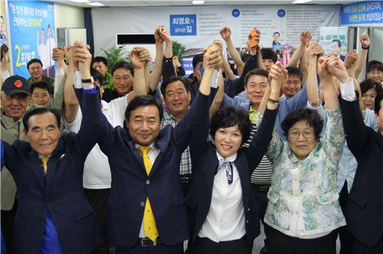 제6회 전국동시지방선거에서 새정치민주연합 최영호(왼쪽에서 두번째) 남구청장 후보가 재선에 성공했다.