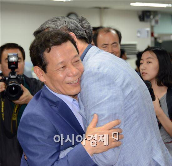 '무소속 단일화 열풍'을 잠재운 윤장현 새정치민주연합 광주시장 당선자가 4일 당선이 확실시되자 선거사무실에서 지지자들과 포옹을 하면서 기쁨을 함께 하고있다. 노해섭 기자 nogary@