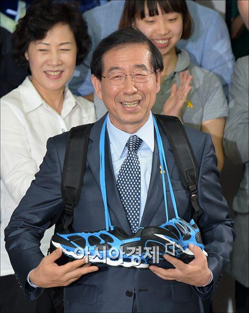 ▲재임에 성공한 박원순 서울시장 당선자가 신발과 배낭 선물을 받고 활짝 웃고 있다.