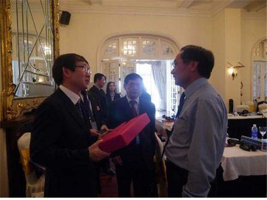 이명구 관세청 정보협력국장(왼쪽)이 베트남 관세청장(Mr. Nguyen Ngoc Tuc, 한-아세안 관세청장회의 의장)에게 선물을 주고 있다.