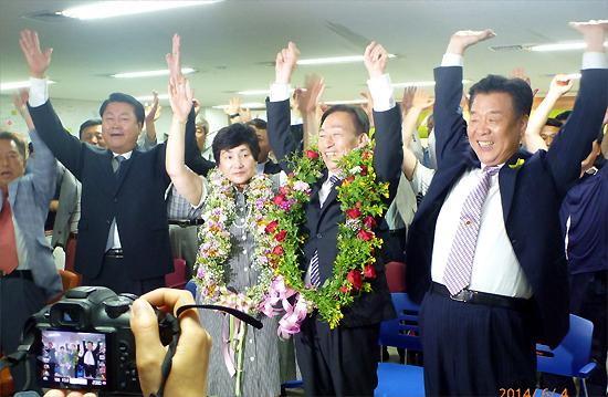 축하화환을 목에 걸고 지지자들과 환호하는 설동호(왼쪽에서 4번째) 대전시교육감 당선자