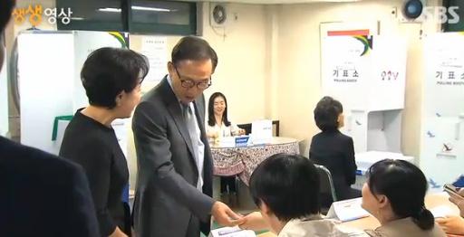 ▲이명박 전 대통령이 투표소에서 신분증 대신 신용카드를 내밀어 웃음바다를 만들었다.(사진:SBS 보도화면 캡처)