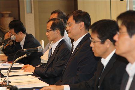 서승환 국토교통부 장관(가운데)이 5일 오전 서울 플라자호텔에서 열린 '주택·건설업계 조찬 간담회'에서 업계 건의 사항을 듣고 있다.