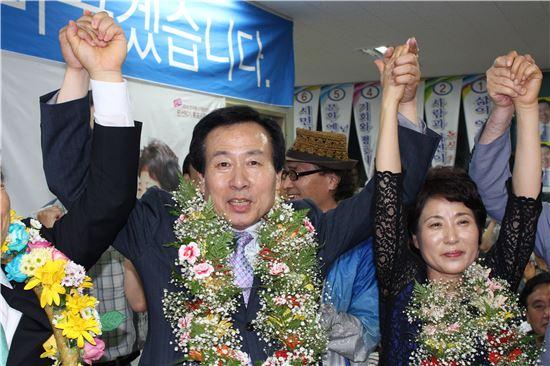 <무소속 후보로서는 목포 최초의 시장에 당선된 박홍률 목포시장 당선자가 승리의 꽃다발을 목에 건 채 만세를 부르고 있다.>
