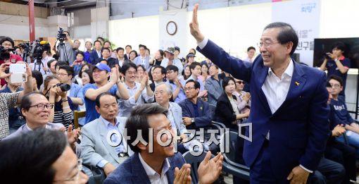 [포토]캠프 봉사자들에게 박수 보내는 박원순 서울시장