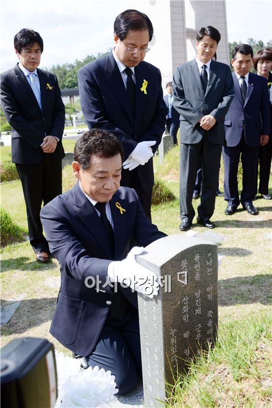 윤장현 광주시장 당선자가 새정치민주연합 지방선거 당선자들과 함께 5일 광주 국립 5.18민주묘역을 참배하고 고 박관현열사의 묘비를 쓰다듬고 있다.