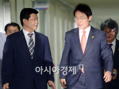 [포토]대화하며 입장하는 조희연 서울시 교육감 당선인