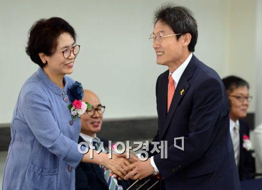 [포토]비례대표 당선인들과 인사 나누는 조희연