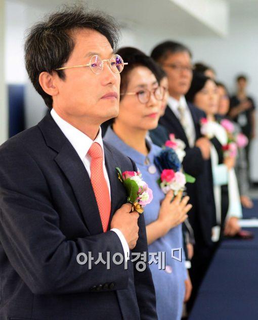 [포토]국민의례하는 조희연 당선인