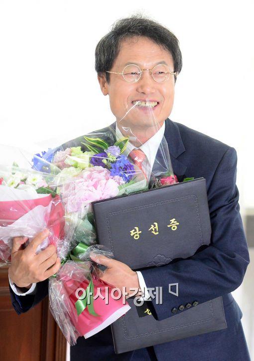 [포토]조희연, '당선증을 들고....'