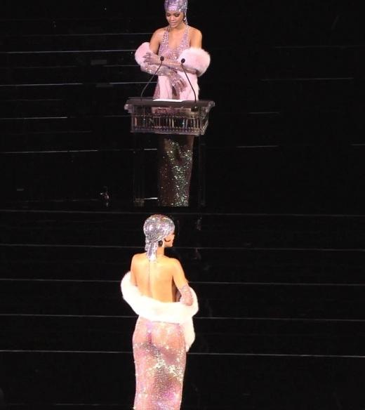 ▲리한나의 전신 시스루 의상이 화제다. (사진: 미국 패션디자이너협회 수상식 영상 캡처)