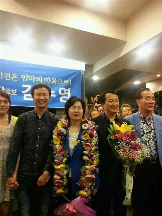 김수영 양천구청장 당선자가 남편인 이제학 전 양천구청장(오른쪽) 그리고 외아들(왼쪽)과 함께 당선 후 즐거운 표정을 짓고 있다.