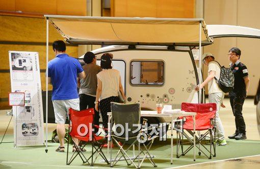 지난 6월 열린 한 오토캠핑쇼에서 관객들이 캠핑카를 보고 있다.