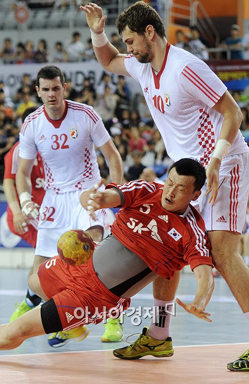 [포토]박경석, '핸드볼의 거친 몸싸움'