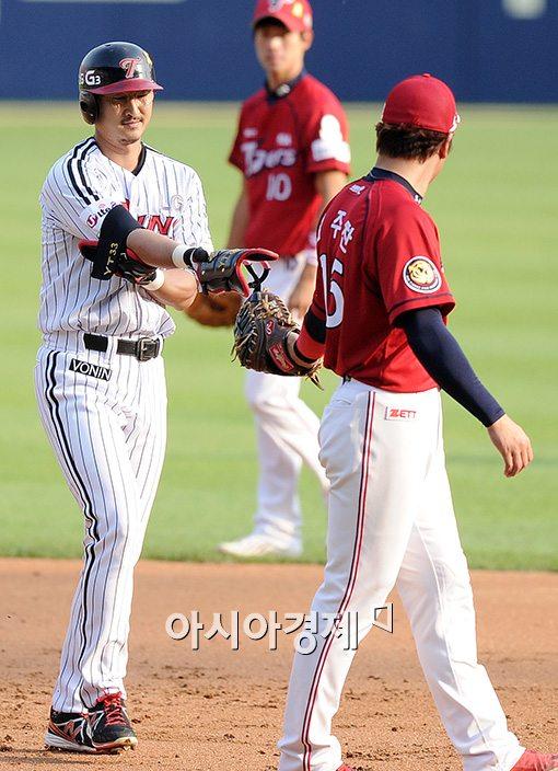 [포토]김주찬, '(박)용택이형, 내가 배달해 줄게'