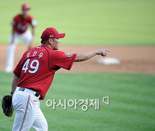 [포토]김진우, '1루는 아웃이잖아요!'