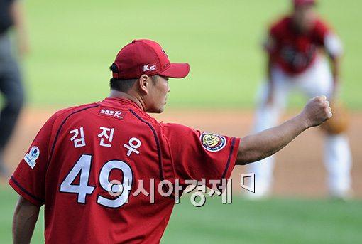 [포토]김진우, '1루는 아웃!'