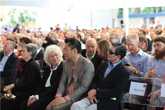7일 한국이 베니스 비엔날레 국제건축전에서 황금사자상을 최초로 수상했다. 사진은 발표 순간의 조민석 커미셔너의 모습.
