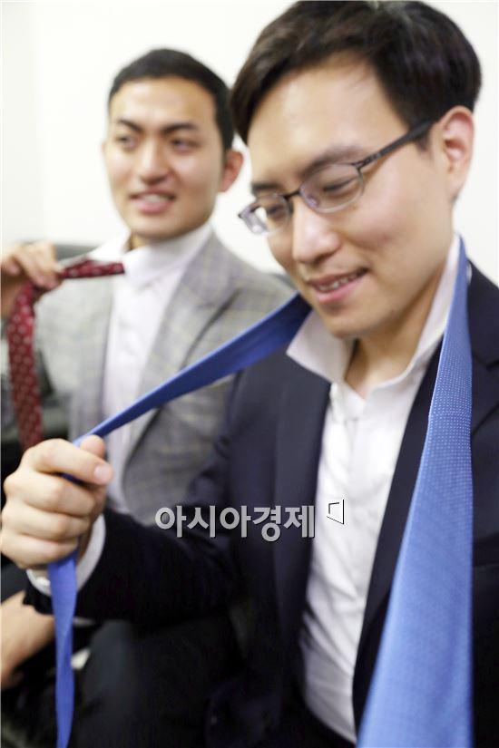 ㈜광주신세계(대표이사 유신열) 통합사무실에서 남성사원들이 10일 부터 실시하는 '노 타이' 복장 근무에 앞서 넥타이를 풀어 보고 있다.