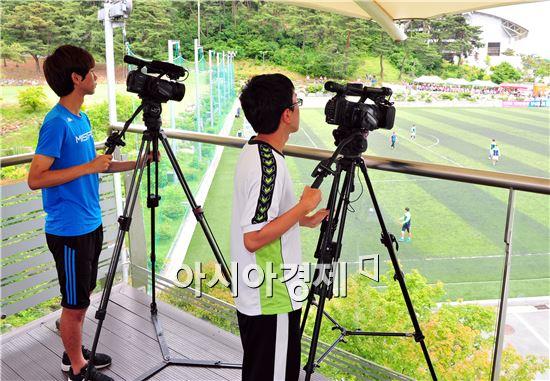 호남대 축구학과 경기분석팀이 브라질 월드컵 경기분석을 위해 촬영하고있다.