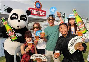 칭다오 맥주가 여의도 물빛무대에서 열린 '청춘페스티벌 2014'에 참가, 다양한 행사를 펼치고 있다.