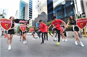 버드와이저가 월드컵을 기념해 길거리 퍼레이드를 펼치고 있다.