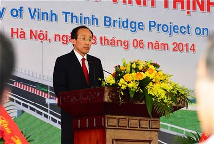 추경호 차관이 8일 하노이 서북부 홍강 유역에 위치한 빈팅교량 건설사업 착공식에 참석해 기념사를 하고 있다.