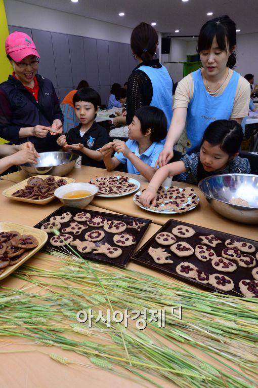 [포토]보리개떡 빚는 어린이들