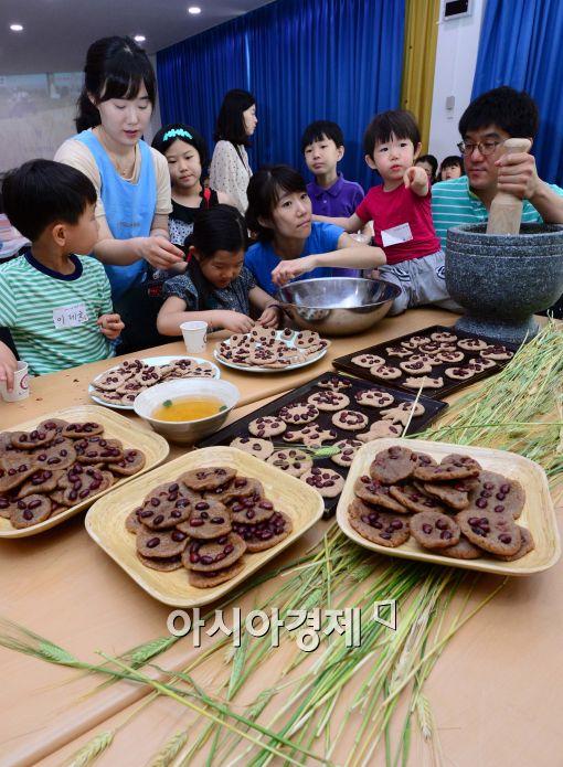 [포토]망종, 가족들과 함께 빚는 보리개떡