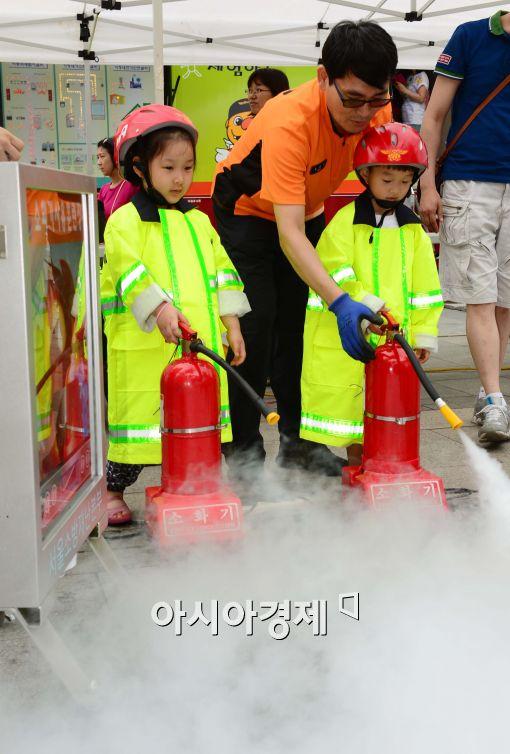 [포토]소방체험하는 어린이들