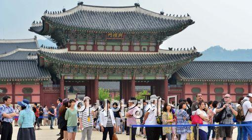 [포토]경복궁 찾은 시민들과 외국인 관광객들