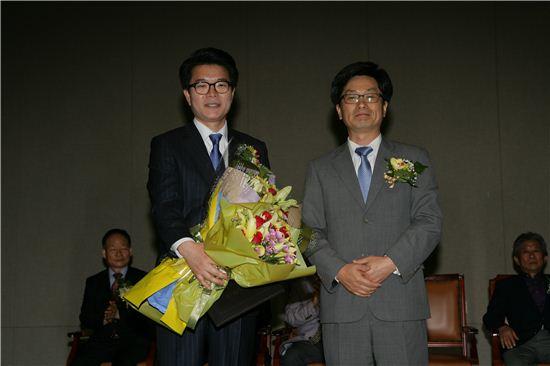 정원오 성동구청장 당선자(왼쪽)가 정일연 성동구선거관리위원장으로부터 당선증을 받은 후 기념 사진을 찍었다.