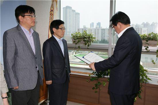 고재득 성동구청장(오른쪽)이 박동배 기획재정국장에서 임용장을 주고 있다.