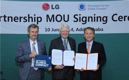 ▲10일(현지시간) 에티오피아 아디스아바바에서 LG는 유엔 글로벌콤팩트(UNGC)와 유엔의 지속가능발전 목표(SDGs) 달성을 위한 파트너십 양해각서를 체결했다. 왼쪽부터 게오르그 켈(Georg Kell) UNGC 사무총장, 마크 무디 스튜어트(Mark Moody-Stuart) UNGC 재단 이사장, 김영기 ㈜LG 부사장.