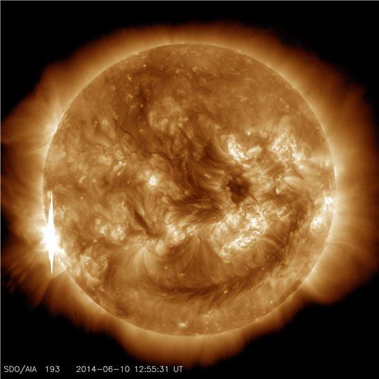 ▲왼쪽의 밝은  부분에서 태양 플레어가 방출되고 있다. 이번에 방출된 플레어는 X2등급이다.[사진제공=NASA]