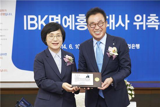 10일 권선주 기업은행장(왼쪽)과 김태옥 회장이 홍보대사 위촉식을 마치고 기념촬영을 하고 있다.