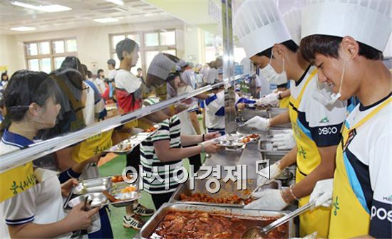 전남드래곤즈 축구선수들이  광영중학교를  찾아 배식봉사를  실시했다.