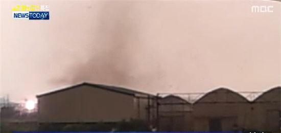 ▲일산에 토네이도가 발생해 비닐하우스 21채가 무너지고 정전이 발생했다.(사진:MBC 보도화면 캡처)