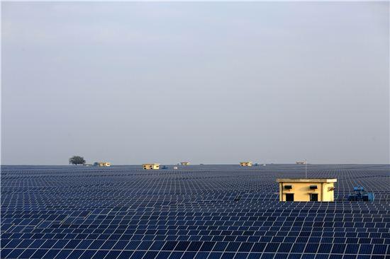 인도 웰스펀 에너지가 마디야 프라데시주에서 가동하는 태양광발전소. 사진=블룸버그