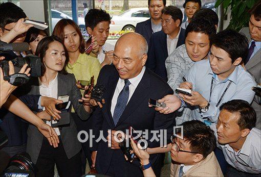 문창극 총리 후보자가 11일 오전 정부서울청사 창성동 별관 후보자 집무실로 출근하는 가운데 기자들에 둘러싸여 질문공세를 받고 있다.