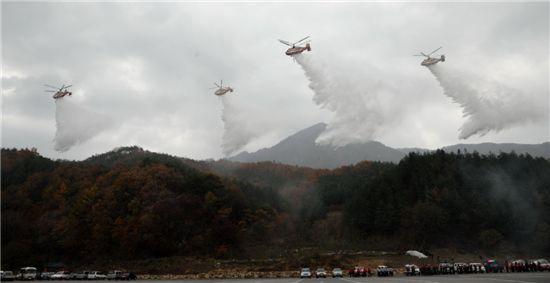 산림헬기가 산불이 난 곳을 편대비행하면서 물을 쏟아붓고 있다.