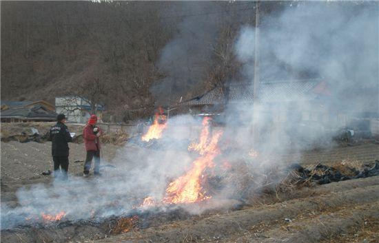 산불감시원이 농민들의 쓰레기 태우기로 산불이 나지 않도록 감시하고 있다.