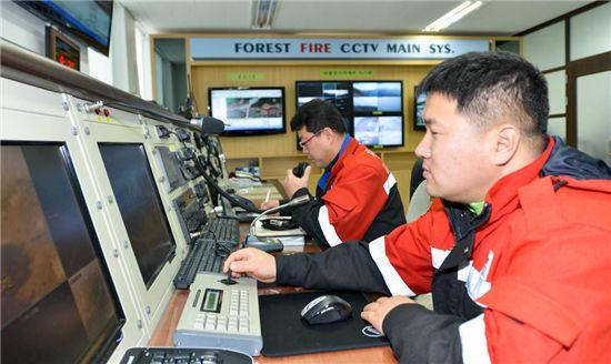 봄철 산불조심기간 중 24시간 상황실을 지킨 산림공무원들