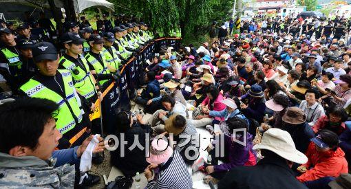 ▲ 금수원에 재진입한 경찰이 구원파 신도들이 내부로 들어가는 것을 통제하고 있다.