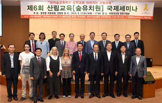 신원섭 (앞줄 왼쪽 3번째) 산림청장, 황영철(6번째), 황우여(7번째), 김무성(8번째), 장윤석(9번째) 국회의원 등 주요 참석자들이 기념사진을 찍고 있다.