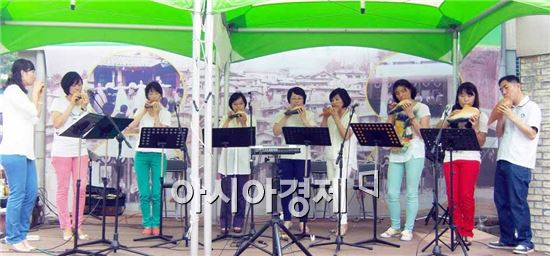 순천시 드라마촬영장에서 매주 토요일과 일요일 '추억으로 가는 작은 음악회'로 열리는 '드라마틱' 공연이 인기를 끌고 있다.