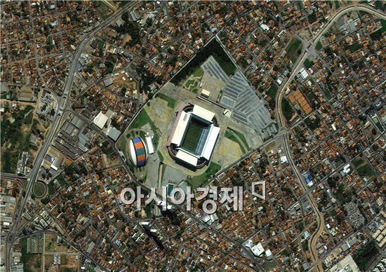 다목적실용위성 3호가 촬영한 대한민국 첫 번째 예선경기가 펼쳐질 쿠이아바(Cuiaba)시의 'Arena Pantanal' 월드컵 경기장 위성사진. 사진제공=한국항공우주연구원